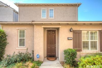 Roseville Single Family Home For Sale: 51 Villa Gardens Court