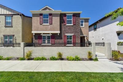 Roseville Single Family Home For Sale: 2227 Village Green Drive