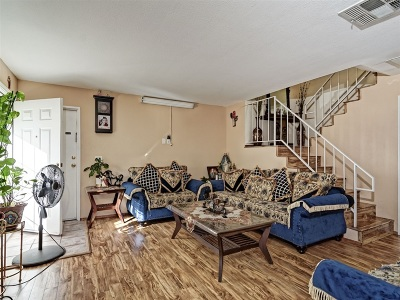 Townhouse For Sale: 572 Hart Dr