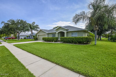 South Daytona Single Family Home For Sale: 73 Spinnaker Circle