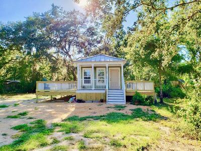 Freeport Single Family Home For Sale: 40 Horseshoe Lane