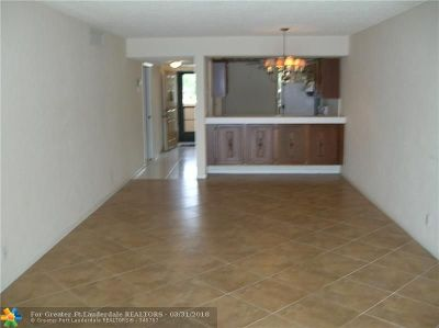Margate Condo/Townhouse For Sale: 5814 Coral Lake Dr #202