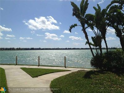 Oakland Park Condo/Townhouse For Sale: 118 Lake Emerald Drive #401