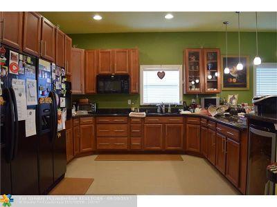 Broward County Single Family Home For Sale: 261 NE 41st St