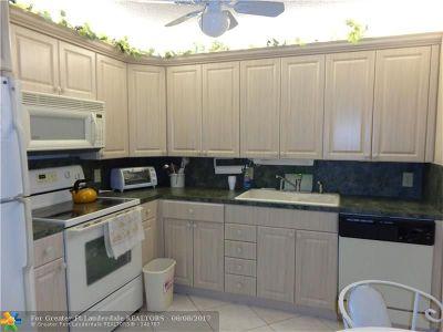 Deerfield Beach Condo/Townhouse For Sale: 1111 Oakridge V #1111