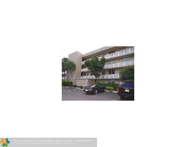 Oakland Park Condo/Townhouse For Sale: 118 Royal Park Drive #3E