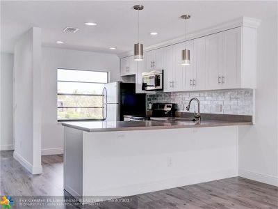 Boca Raton Condo/Townhouse For Sale: 8536 Casa Del Lago #49-B