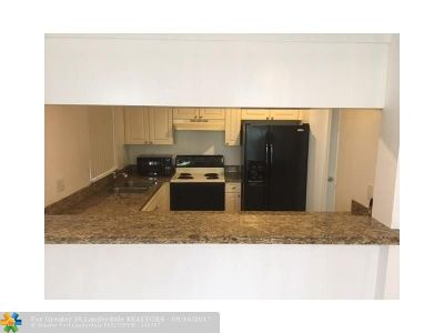 Coral Springs Condo/Townhouse For Sale: 6822 W Sample Rd #6822