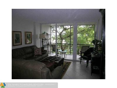 Oakland Park Condo/Townhouse For Sale: 120 Royal Park Dr #3F