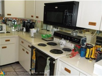 Broward County , Palm Beach County Condo/Townhouse For Sale: 2521 NW 104th Ave #208