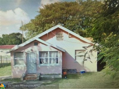 Miami Single Family Home For Sale: 7800 NW Miami Pl