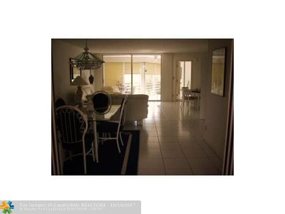 Pompano Beach Condo/Townhouse For Sale: 3800 Oaks Clubhouse Dr #308