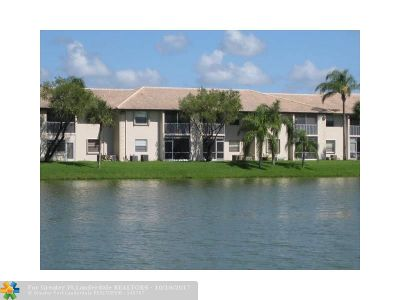Margate Condo/Townhouse For Sale: 5560 Lakeside Dr #202