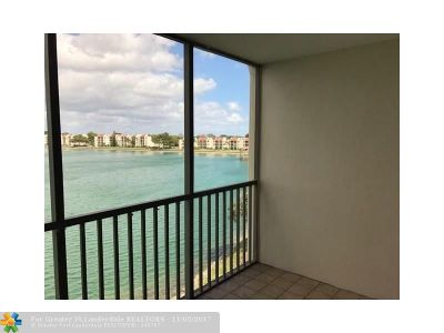 Oakland Park Condo/Townhouse For Sale: 113 Lake Emerald Dr #403