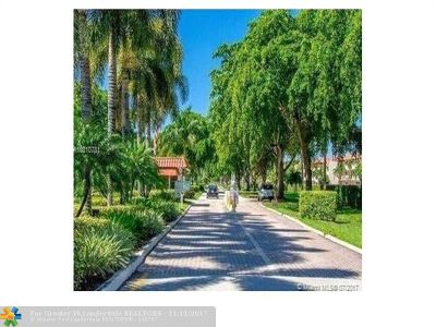 Pembroke Pines Condo/Townhouse For Sale: 9511 N Hollybrook Lake Dr #205
