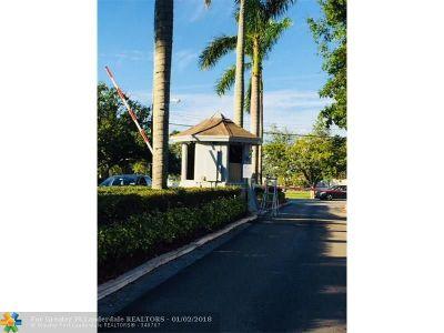 Oakland Park Condo/Townhouse For Sale: 114 Royal Park Dr #1c