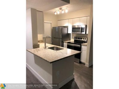 Oakland Park Condo/Townhouse For Sale: 2841 N Oakland Forest Dr #106