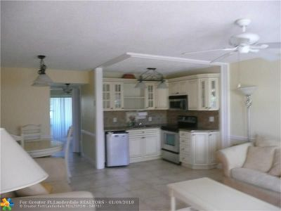 West Palm Beach Condo/Townhouse For Sale: 302 Camden M #302