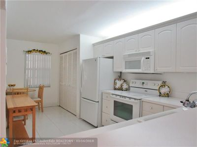 Pompano Beach Condo/Townhouse For Sale: 400 Oaks Ln #213