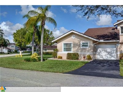 Deerfield Beach Condo/Townhouse For Sale: 1276 W Lakes Dr #1276