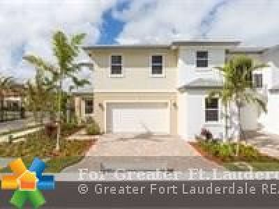 Coconut Creek Condo/Townhouse For Sale: 6901 Pines Circle #1