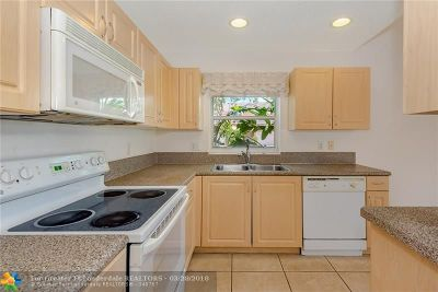 Sunrise Condo/Townhouse For Sale: 9800 NW 24th St #9800