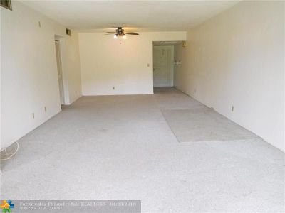 Pompano Beach Condo/Townhouse For Sale: 3150 N Palm Aire Dr #109