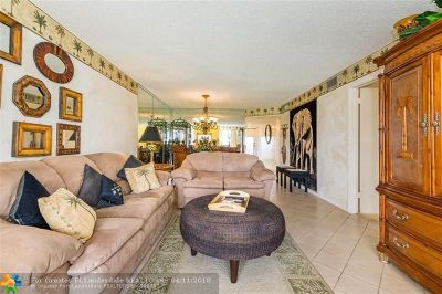 Pembroke Pines Condo/Townhouse For Sale: 9220 S Hollybrook Lake Dr #208