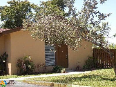 Plantation Condo/Townhouse For Sale: 7095 W Sunrise Blvd #7095