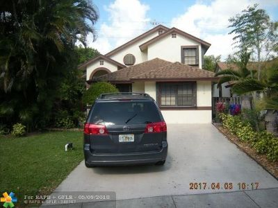 Pembroke Pines Single Family Home For Sale: 10040 SW 16th St