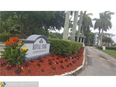 Oakland Park Condo/Townhouse For Sale: 114 Royal Park Dr #4C