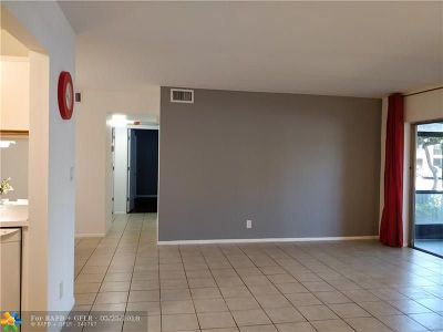 Oakland Park Condo/Townhouse For Sale: 3083 N Oakland Forest Dr #102