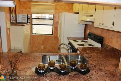 Sunrise Condo/Townhouse For Sale: 10434 Sunrise Lakes Blvd #112