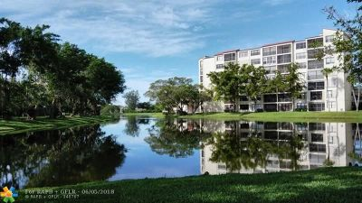 Pompano Beach Condo/Townhouse For Sale: 2302 S Cypress Bend Dr #407