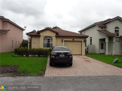 Pembroke Pines Single Family Home For Sale: 10669 NW 7th St
