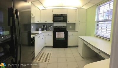 Pompano Beach Condo/Townhouse For Sale: 3850 Oaks Clubhouse Dr #204