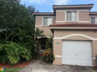Davie Condo/Townhouse For Sale: 7600 S Southwood Cir #7600