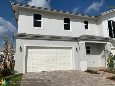 Coconut Creek Condo/Townhouse For Sale: 6956 Pines Circle #52