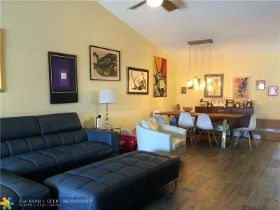 West Palm Beach Condo/Townhouse For Sale: 4541 Challenger Way #68