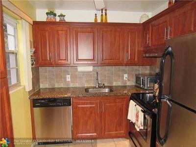 Deerfield Beach Condo/Townhouse For Sale: 301 Newport T #301