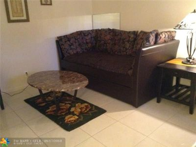 Deerfield Beach Condo/Townhouse For Sale: 122 Lyndhurst F #122
