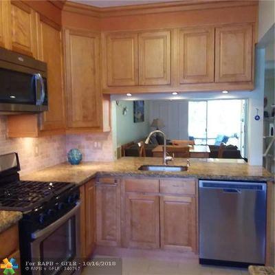 Tamarac Condo/Townhouse For Sale: 7804 Dixie Beach Cir #7804