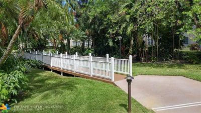 Oakland Park Condo/Townhouse For Sale: 4025 N Federal Hwy #218-B