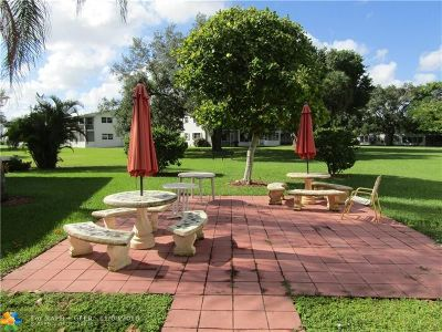 Deerfield Beach Condo/Townhouse For Sale: 126 Newport I #126