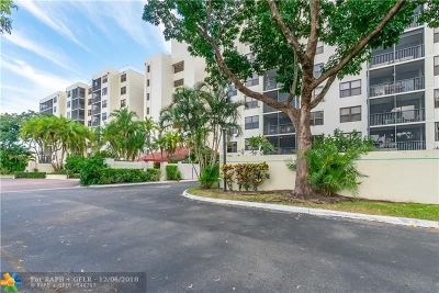 Oakland Park Condo/Townhouse For Sale: 105 Lake Emerald Dr #211