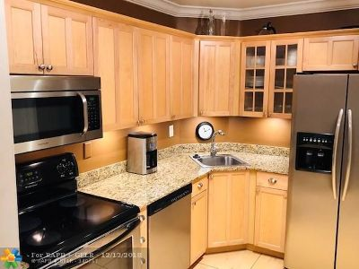 Oakland Park Condo/Townhouse For Sale: 3105 Oakland Shores Dr #J-204