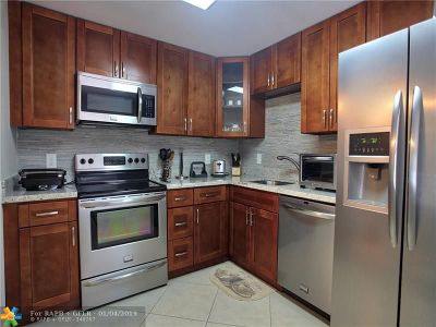 Pompano Beach Condo/Townhouse For Sale: 3505 Oaks Way #305