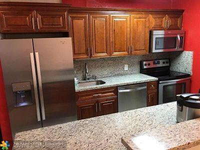 Miami Lakes Condo/Townhouse For Sale: 13900 Lake Placid Ct #A19
