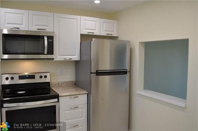 Boca Raton Condo/Townhouse For Sale: 9355 SW 8th St #302