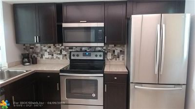 Oakland Park Condo/Townhouse For Sale: 108 Royal Park Dr #4A